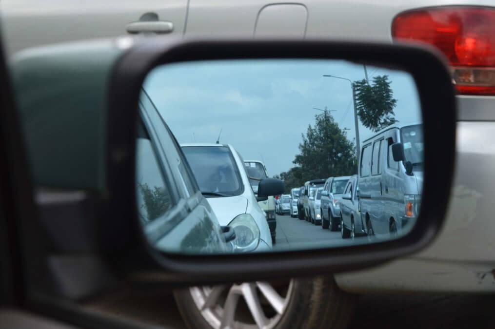 Imagem de carros demonstrando quanto tempo dura uma bateria de carro no trânsito