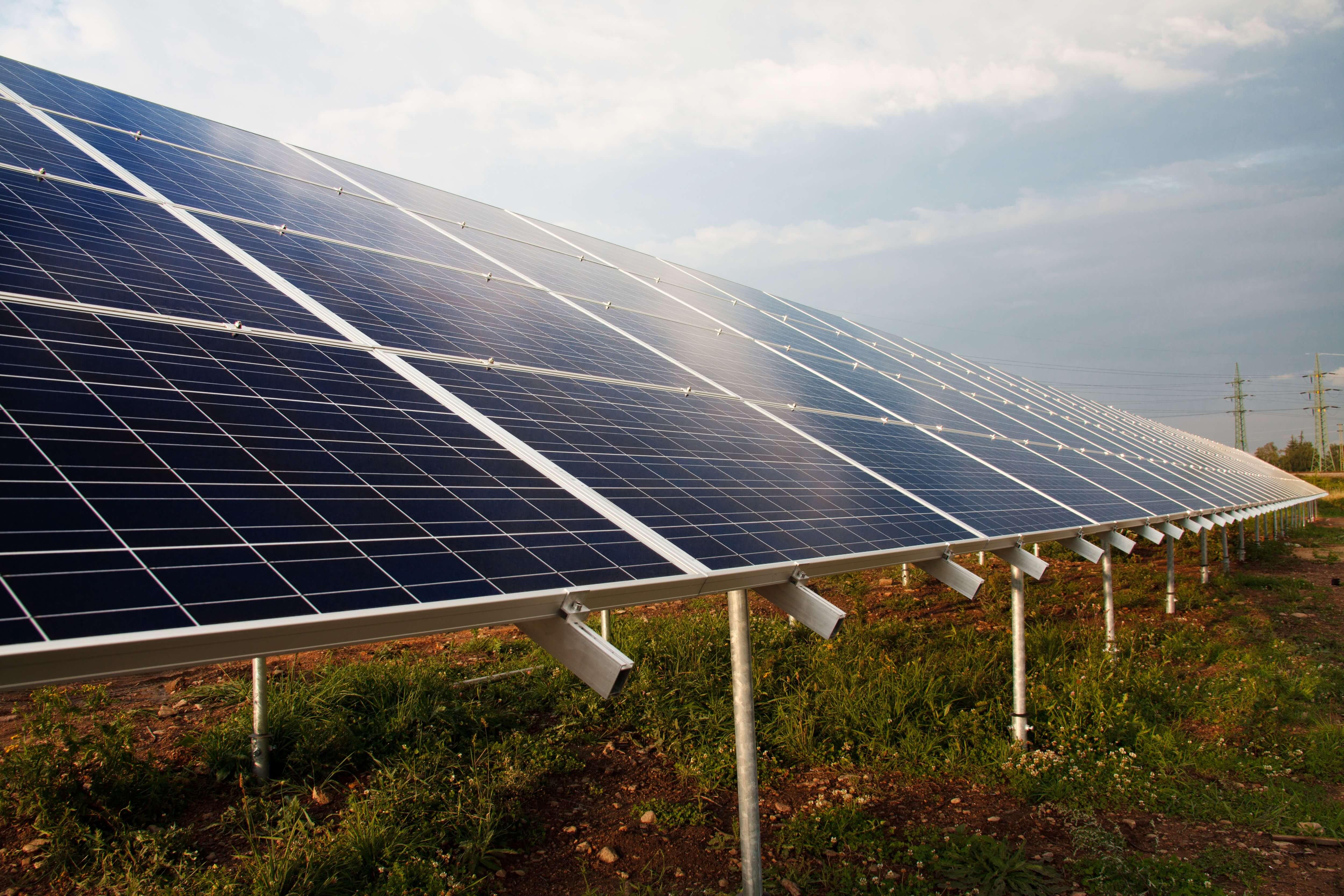 Estação de energia solar reluzindo a luz do sol, funcionando através de baterias estacionárias