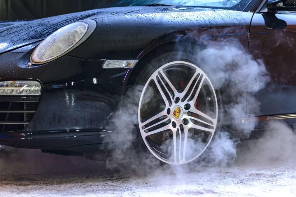 Imagem de um carro preto com pane elétrica