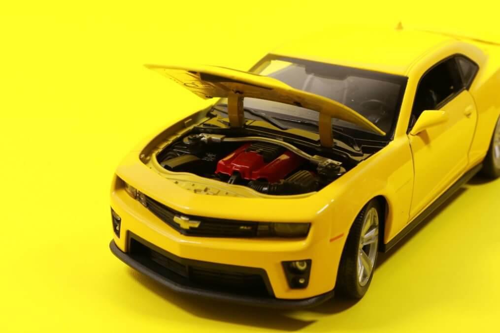 Imagem de um carro amarelo com pane elétrica