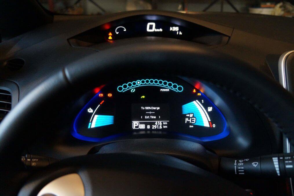 Imagem de um painel de carro onde a luz da bateria acesa pode aparecer