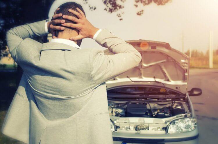 Imagem de homem preocupado com a bateria arriada