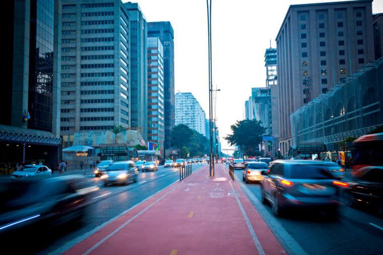 Imagem de rua com muitos carros com diferentes medições da amperagem de bateria
