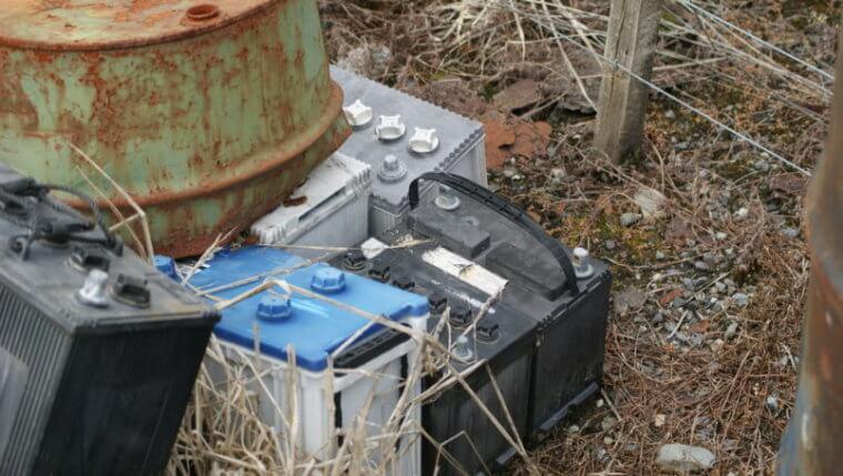 Imagem de tipos de baterias, como as baterias estacionárias, em um depósito de lixo