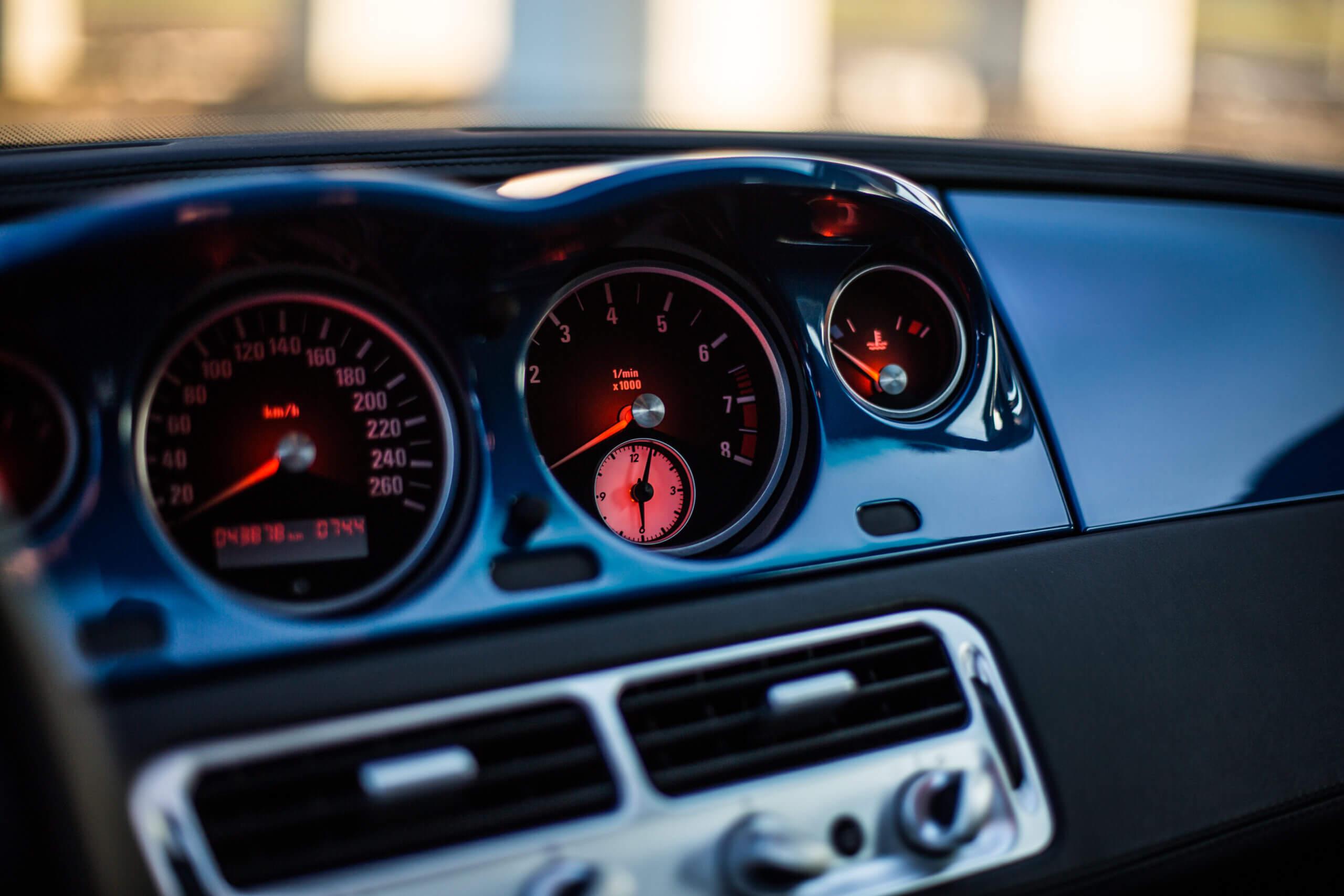 Imagem do velocímetro de um carro que tem piloto automático