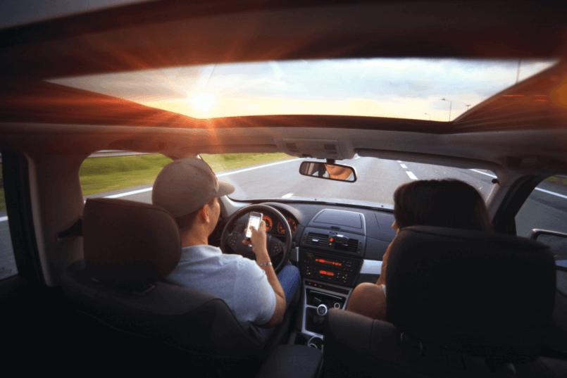 Imagem de casal viajando no veículo com alternador de carro
