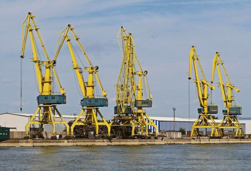 Imagem de grandes máquinas industriais amarelas que fazem uso da bateria selada.