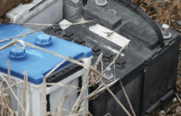 baterias desgastadas e descartadas em um espaço de lixo.