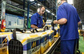 funcionários trabalhando na linha de produção das baterias Moura.