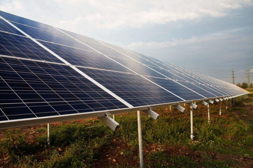 painéis solares em um campo aberto