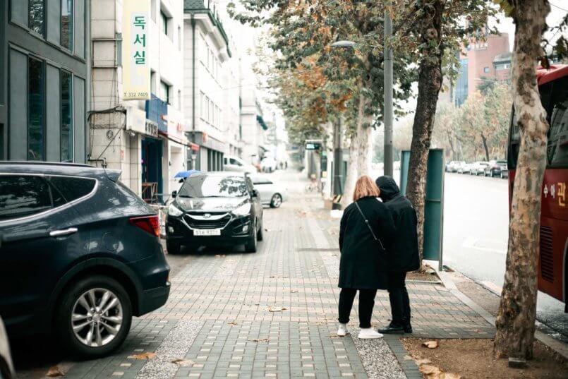 Imagem de uma rua com carros muito tempo parados
