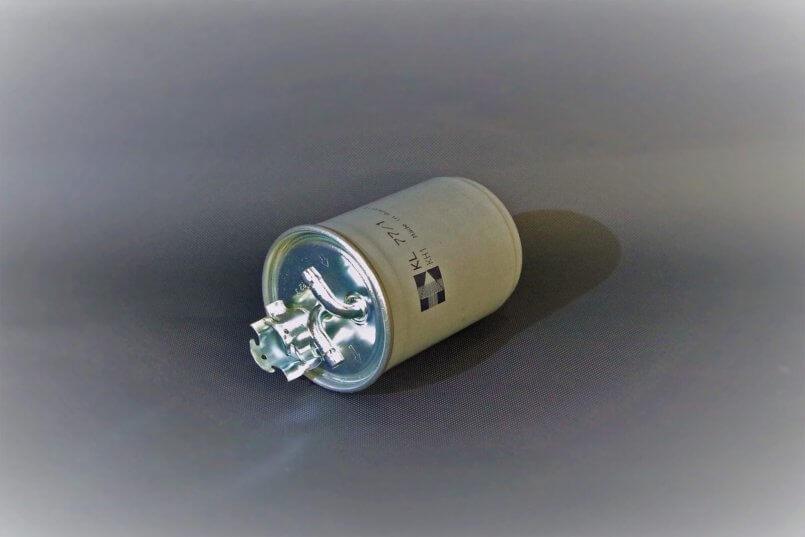 imagem de um pequeno filtro de combustível bege.