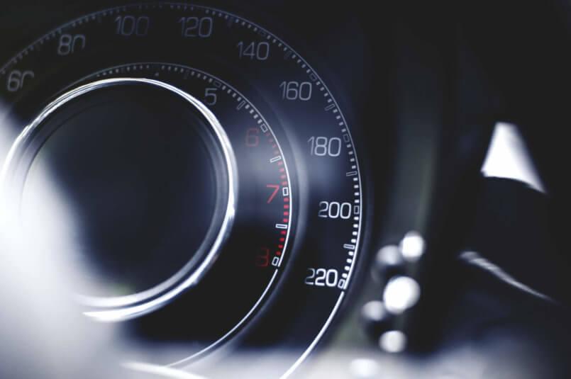 Imagem de um painel de um carro de um motorista que quer saber o que é diferencial automotivo