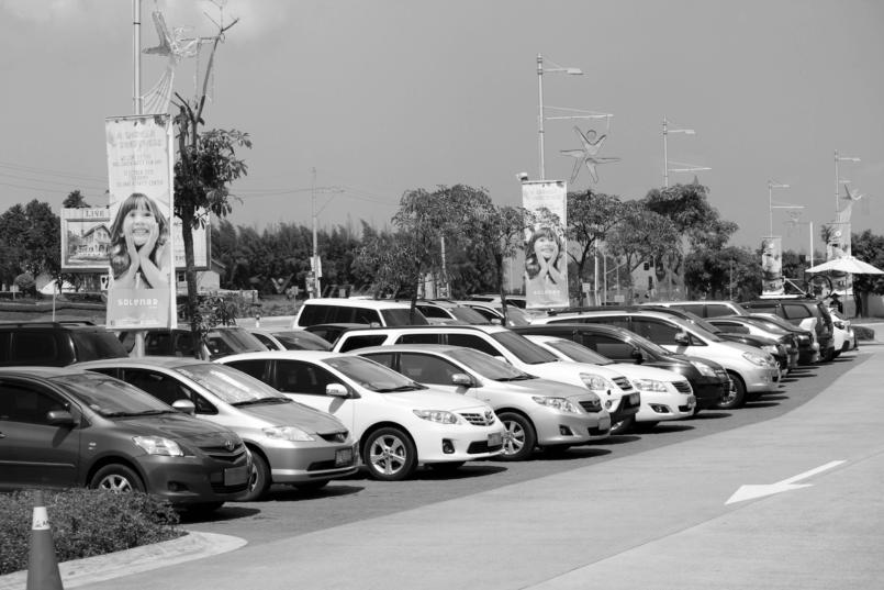 Imagem de diversos carros estacionados que usam a bateria AGM