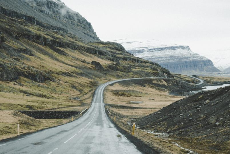 Imagem de estrada deserta por onde passa um carro com a bateria AGM