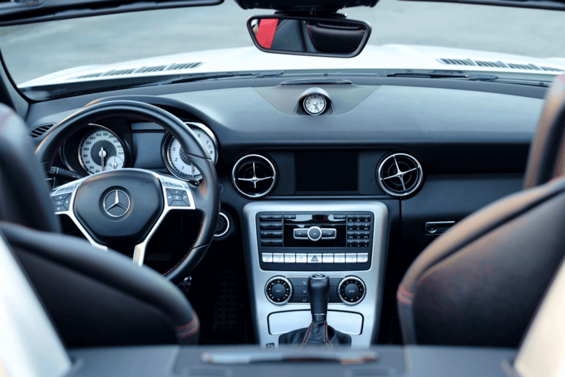 Imagem do interior de um carro moderno que usa a bateria AGM