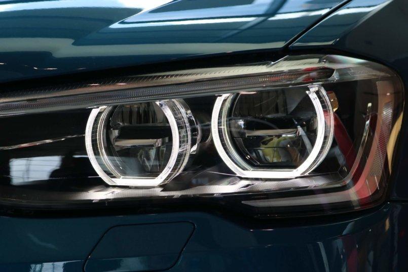 Imagem de faróis dinâmicos que carros inteligentes possuem