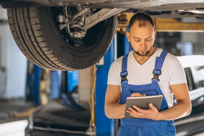 Imagem de um mecânico verificando o carro para explicar para que serve o catalisador