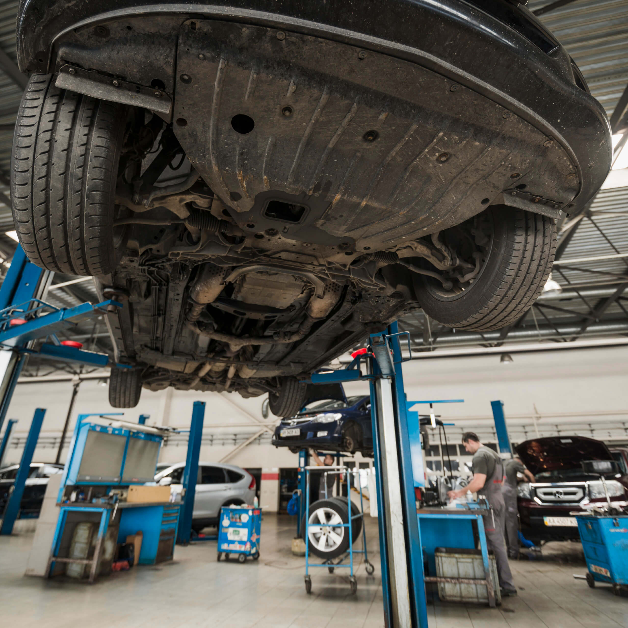 Imagem de um carro visto de baixo para explicar para que serve o catalisador automotivo