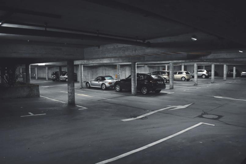 imagem de um estacionamento com carros estacionados para explicar porque saber como instalar sensor de estacionamento é útil