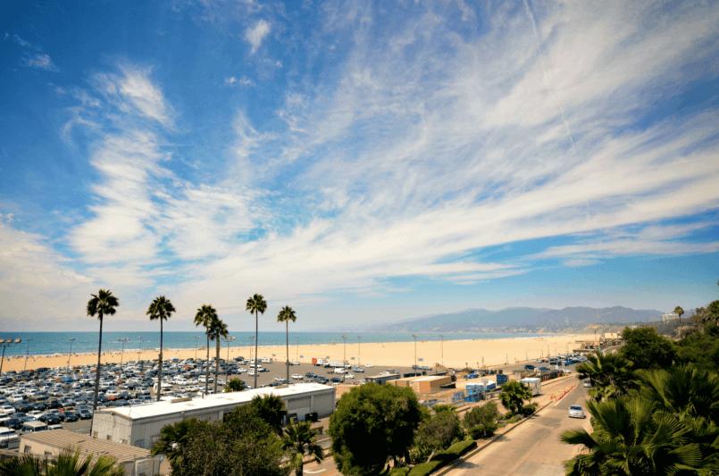 imagem de um estacionamento em uma praia mostrando que saber como instalar sensor de estacionamento pode ser importante para conseguir uma vaga