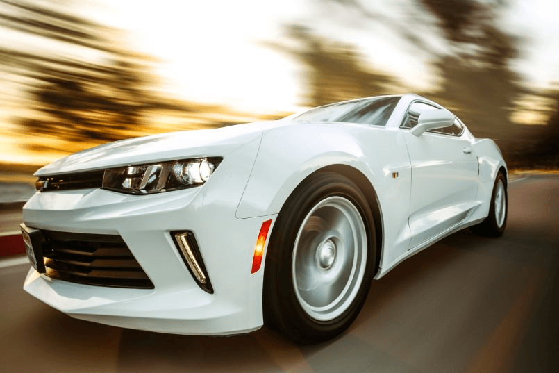 Imagem de um carro na estrada para discutimos diferenças de marcas de baterias