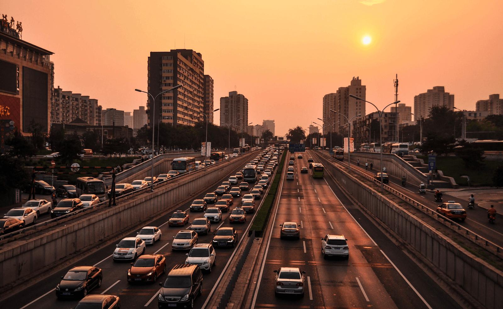 Imagem de diversos carros em uma cidade urbana para discutimos os tipos de marcas de baterias