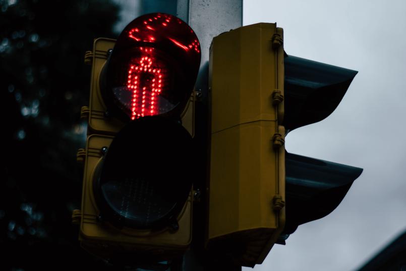 Imagem de um semáforo fechado para pedestres