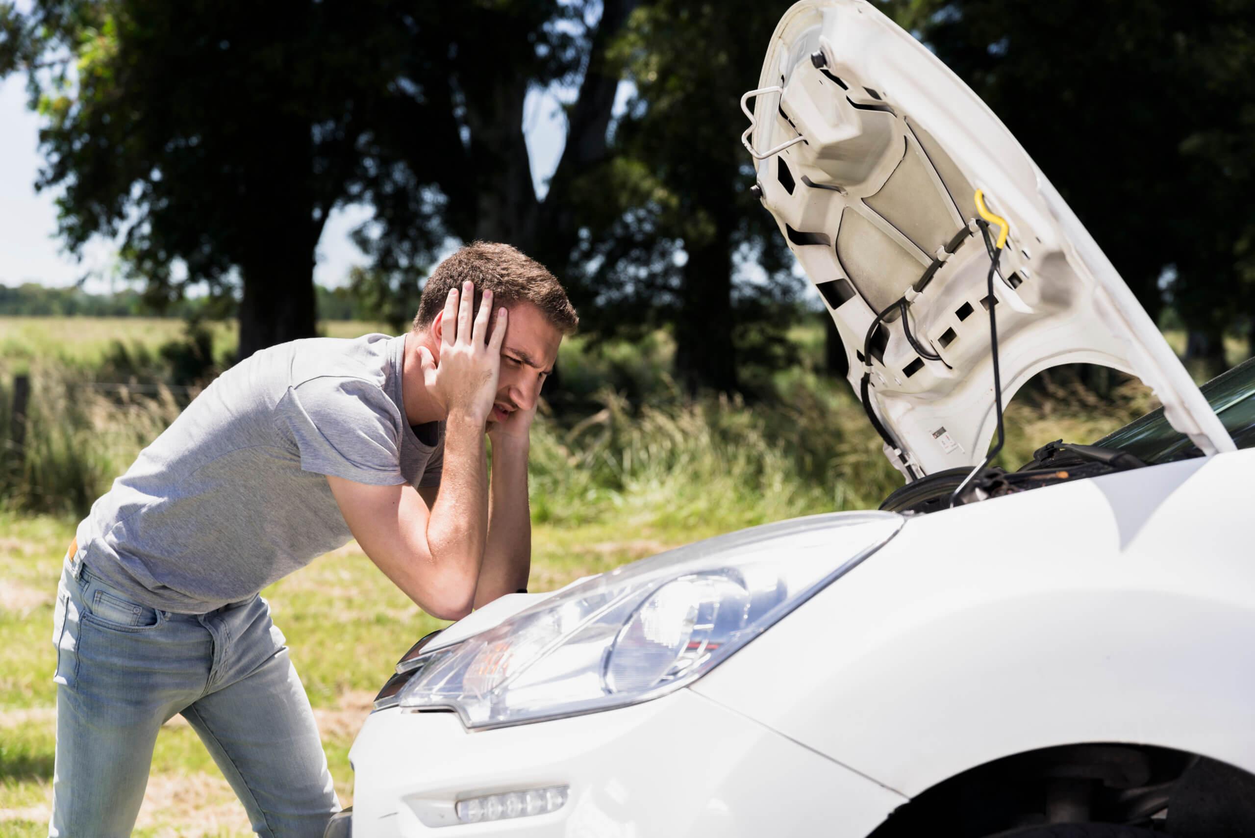 Imagem de um motorista preocupado com a bomba de gasolina de seu veículo