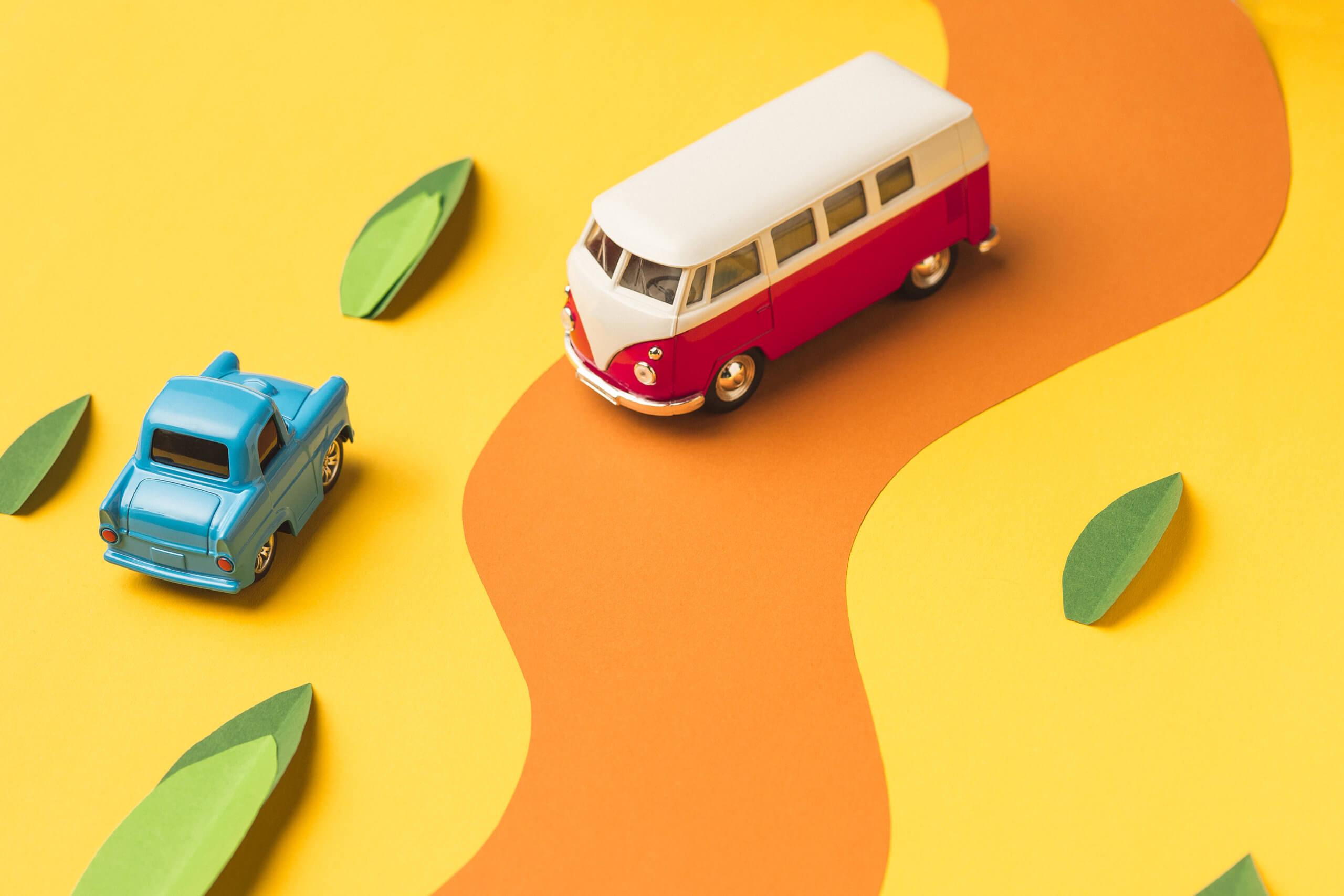 Imagem de dois carros para ilustrar o que é direção defensiva