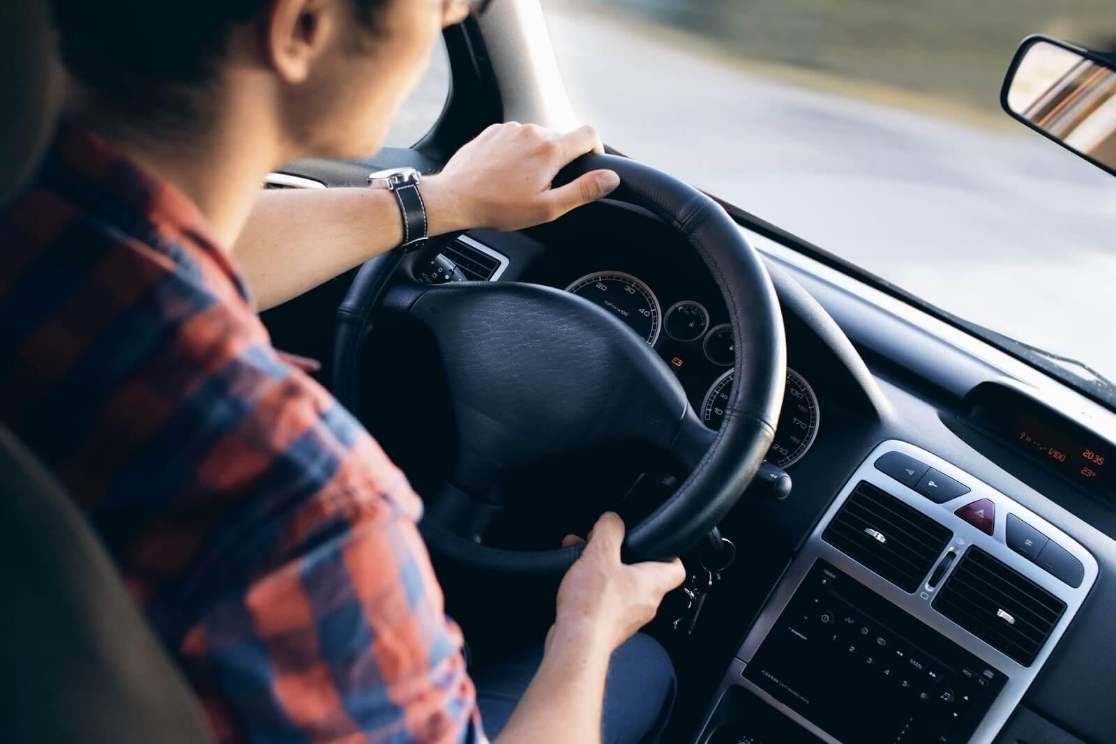 Fotografia de um motorista que sabe como economizar combustível