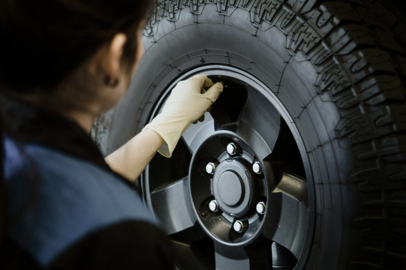 Imagem de um especialista realizando a calibragem de pneus