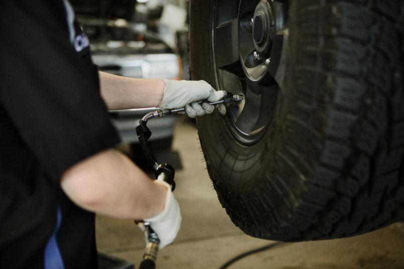 Imagem de um especialista seguindo algumas dicas automotivas para melhorar o veículo
