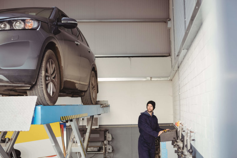 Imagem de um especialista analisando o que pode estar de errado com o motor de arranque