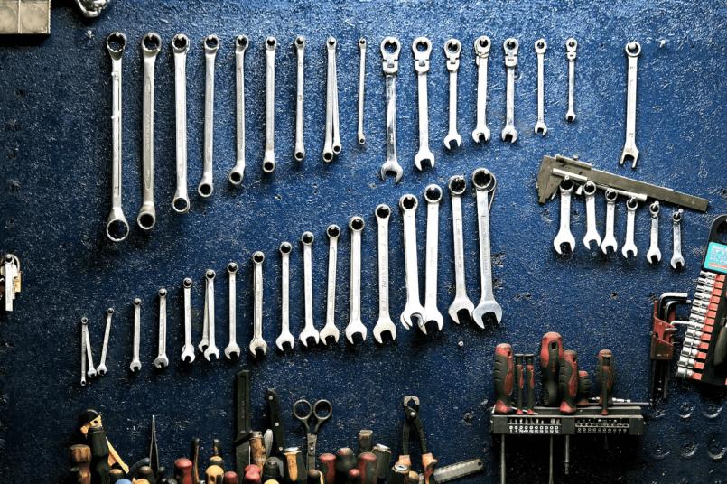 Imagem de ferramentas que podem consertar o chicote elétrico do veículo