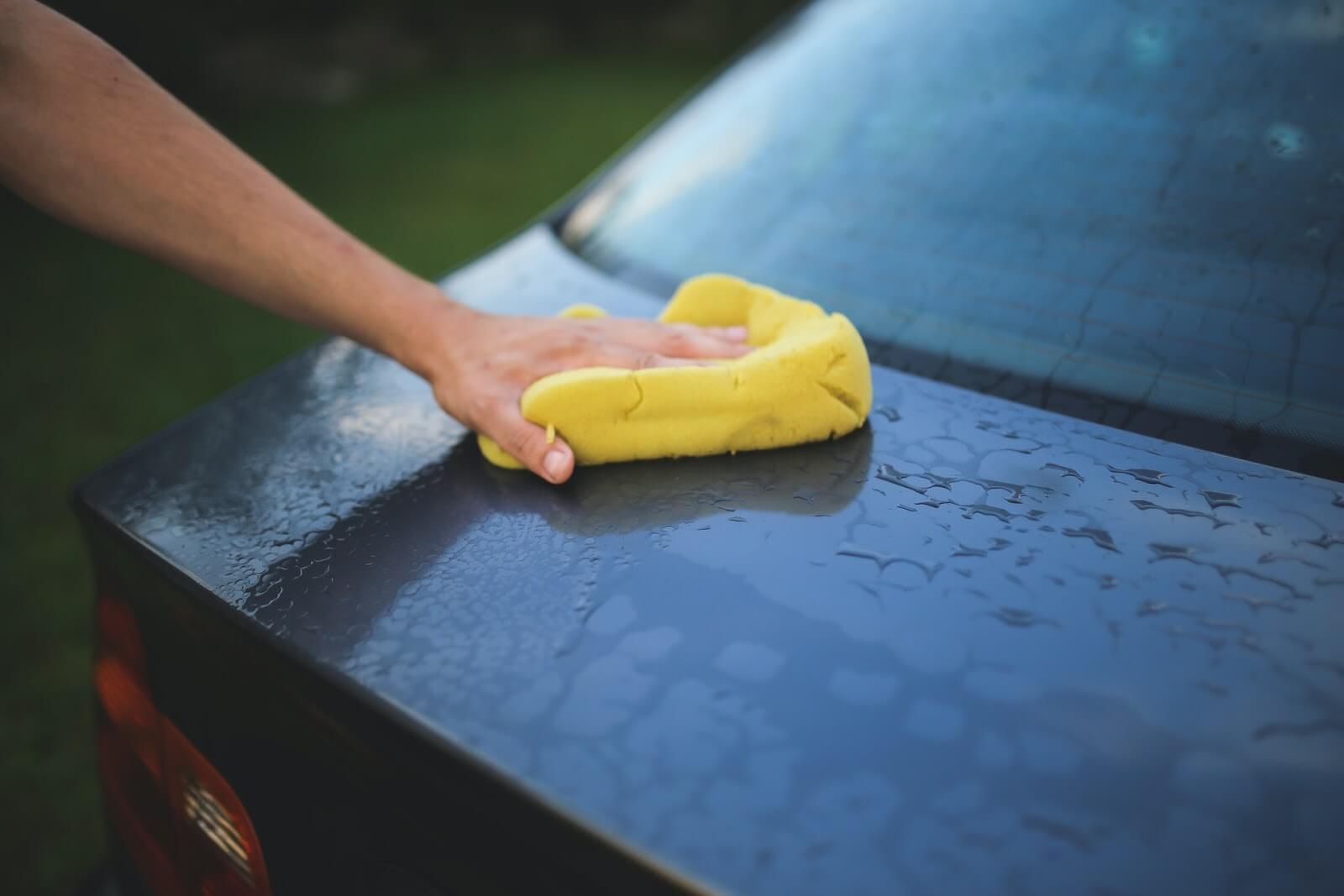 Fotografia de uma mão ensinando como higienizar carro corretamente e evitar a contaminação de covid-19