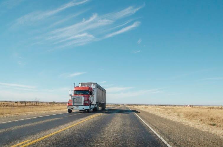 caminhão andando em uma estrada com a manutenção em dia