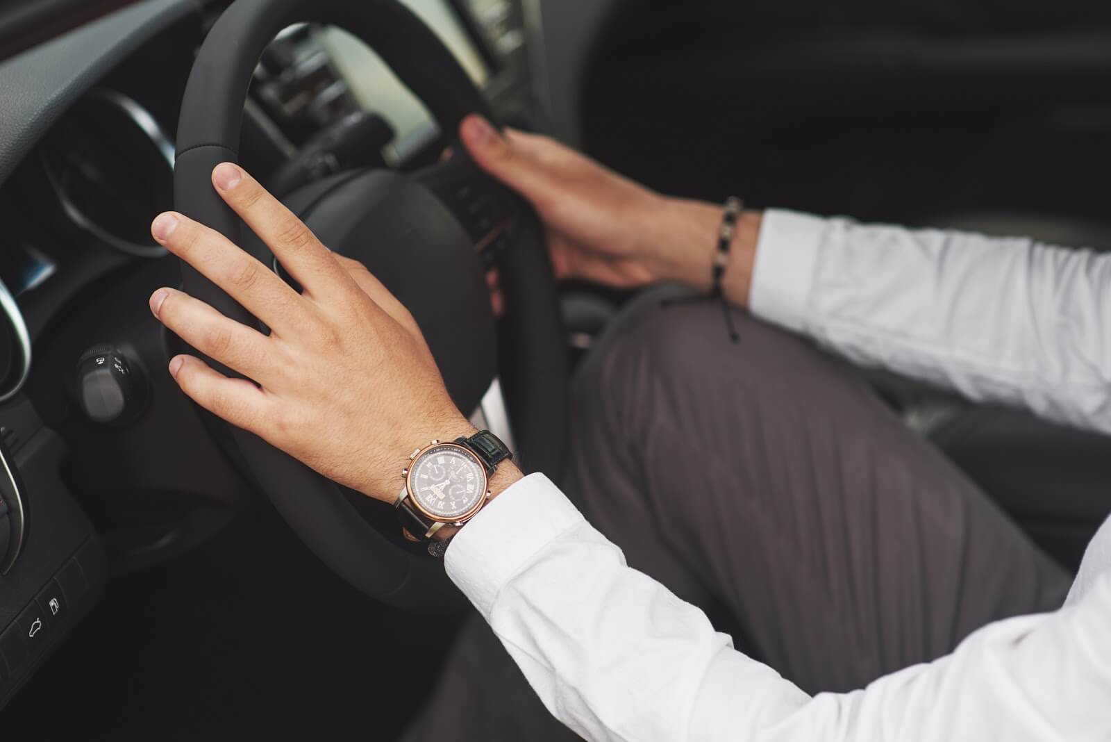 Pessoa sentada no banco do motorista de um carro, perdendo o medo de dirigir
