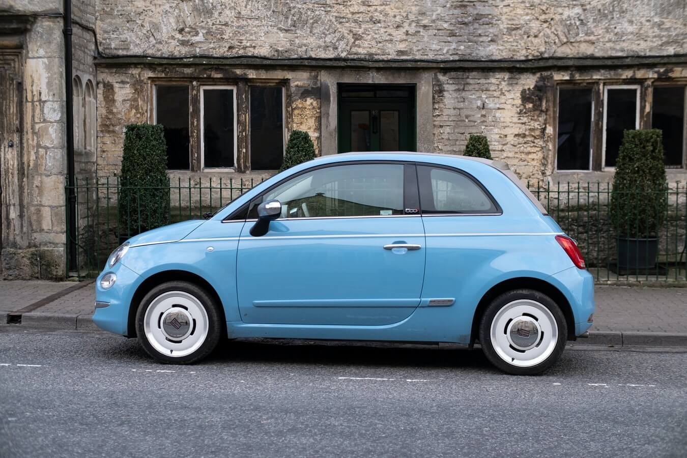 Imagem mostra um veículo azul estacionado