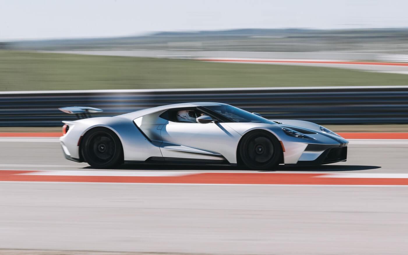 Vista lateral de carro esportivo acelerando em pista