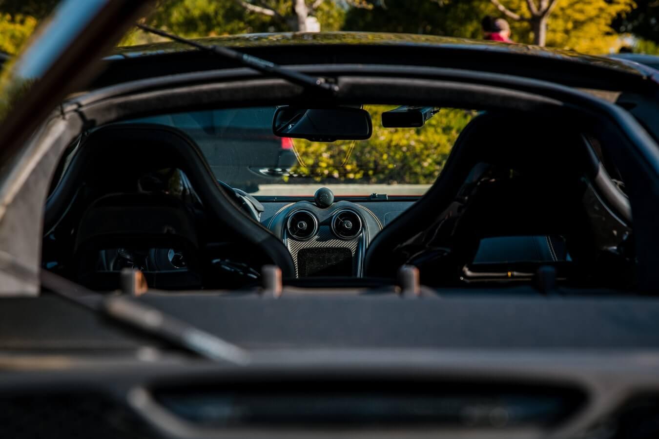 Imagem traseira da parte interna de um carro