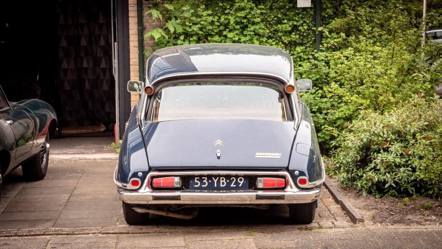 Carro antigo e reformado estacionado