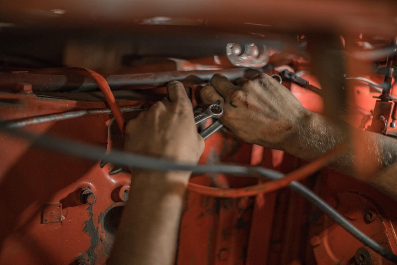 Mecânico consertando a correia dentada