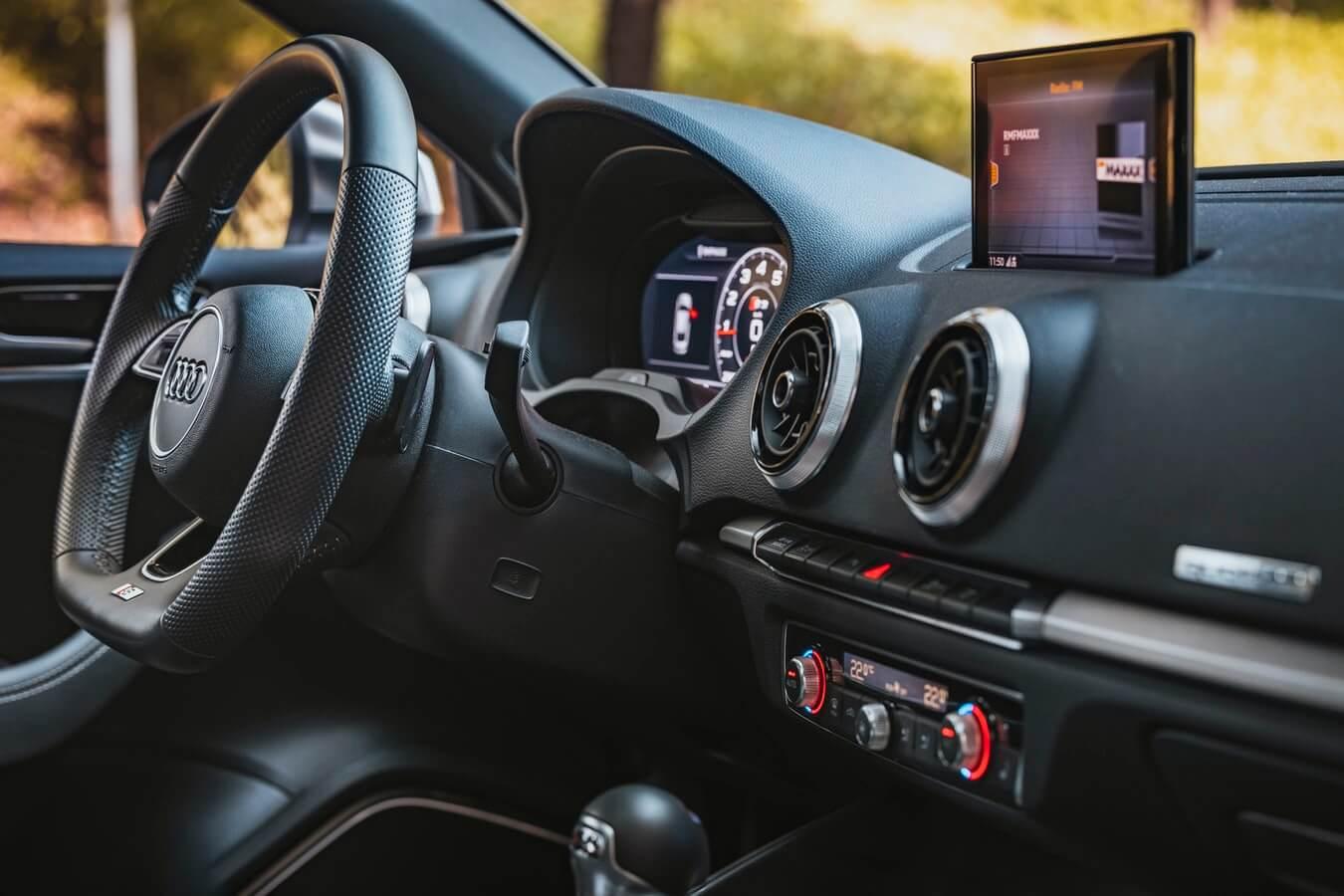 Imagem mostra o interior de um veículo