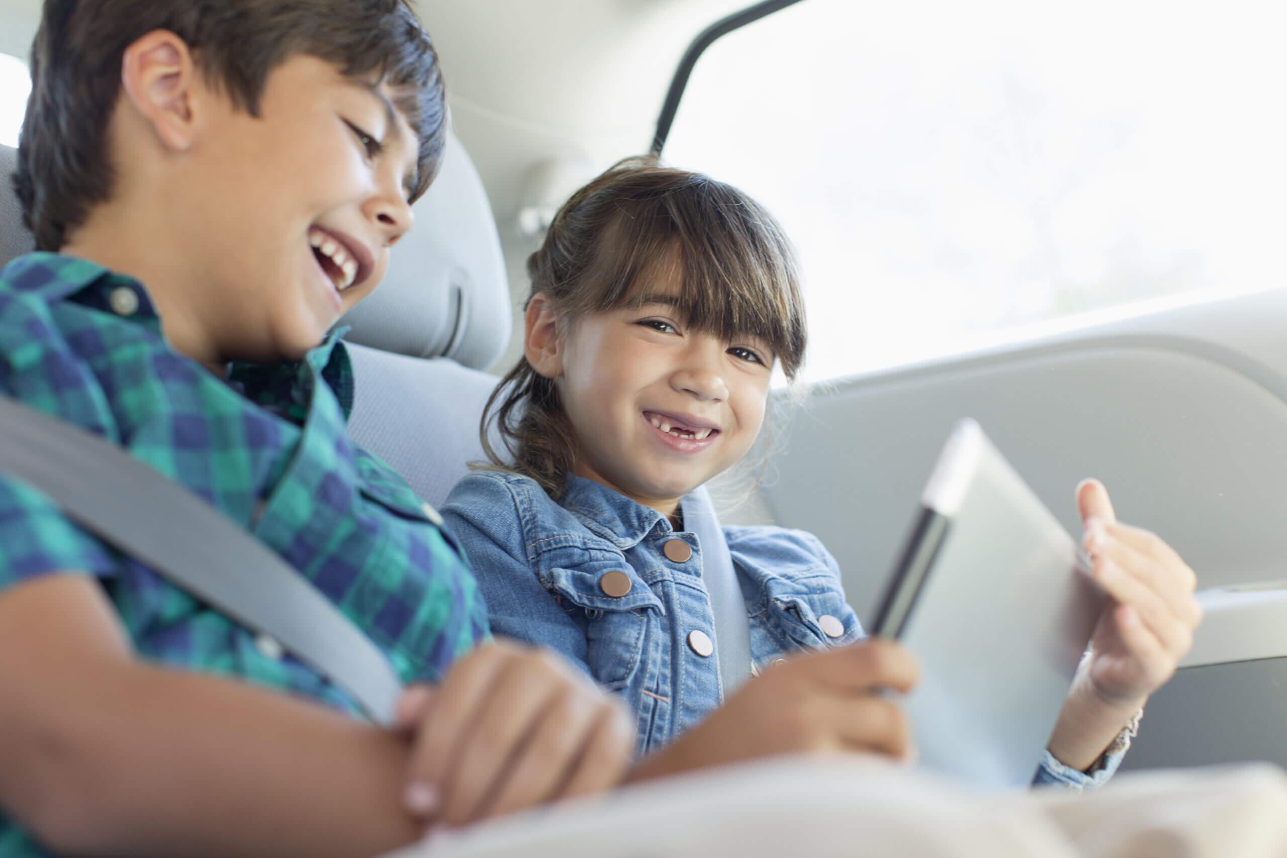 Imagem de duas crianças em um dos tipos de carros feito para famílias com filhos