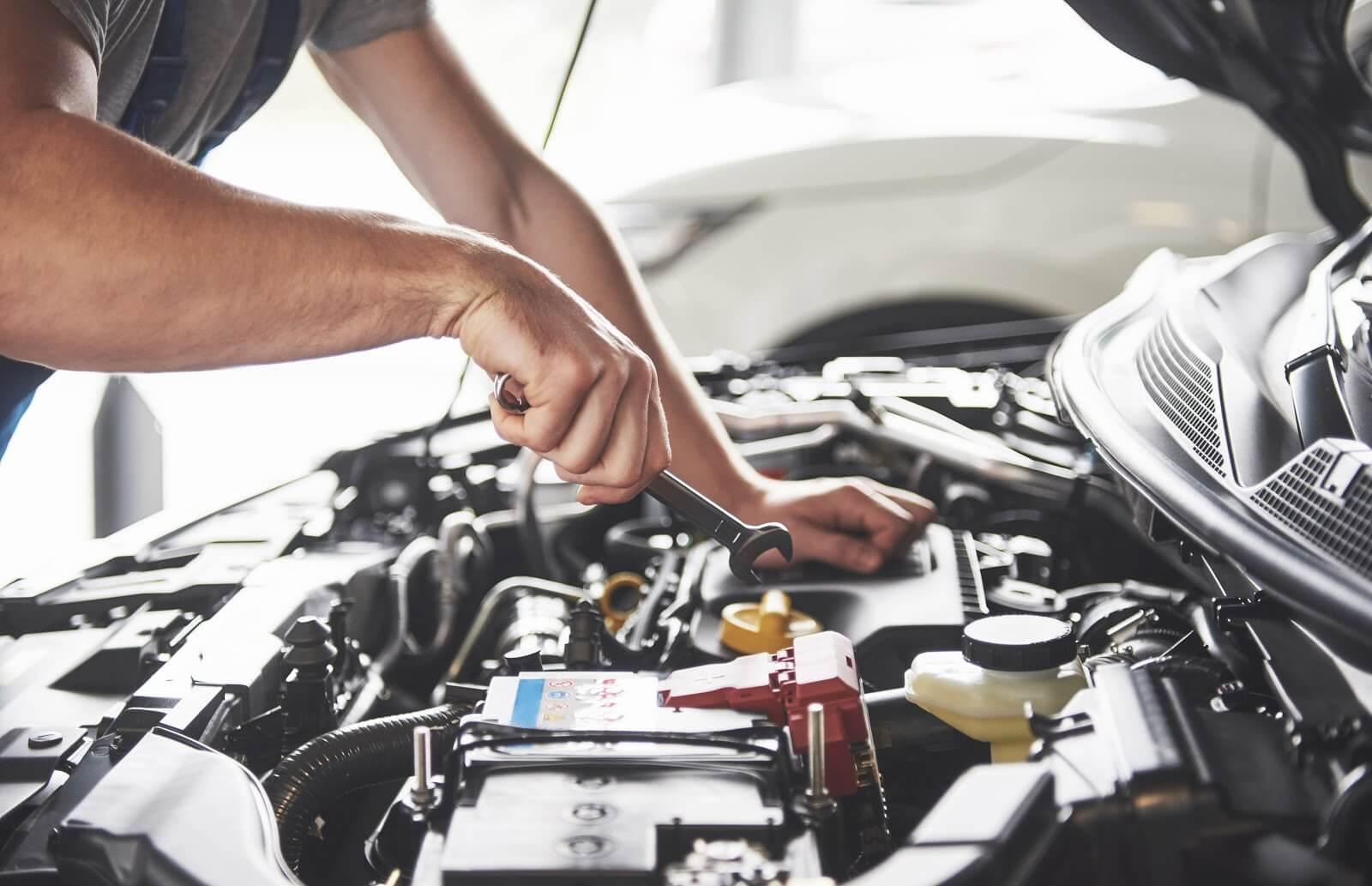 Imagem de um mecânico consertando um carro com barulho ao frear