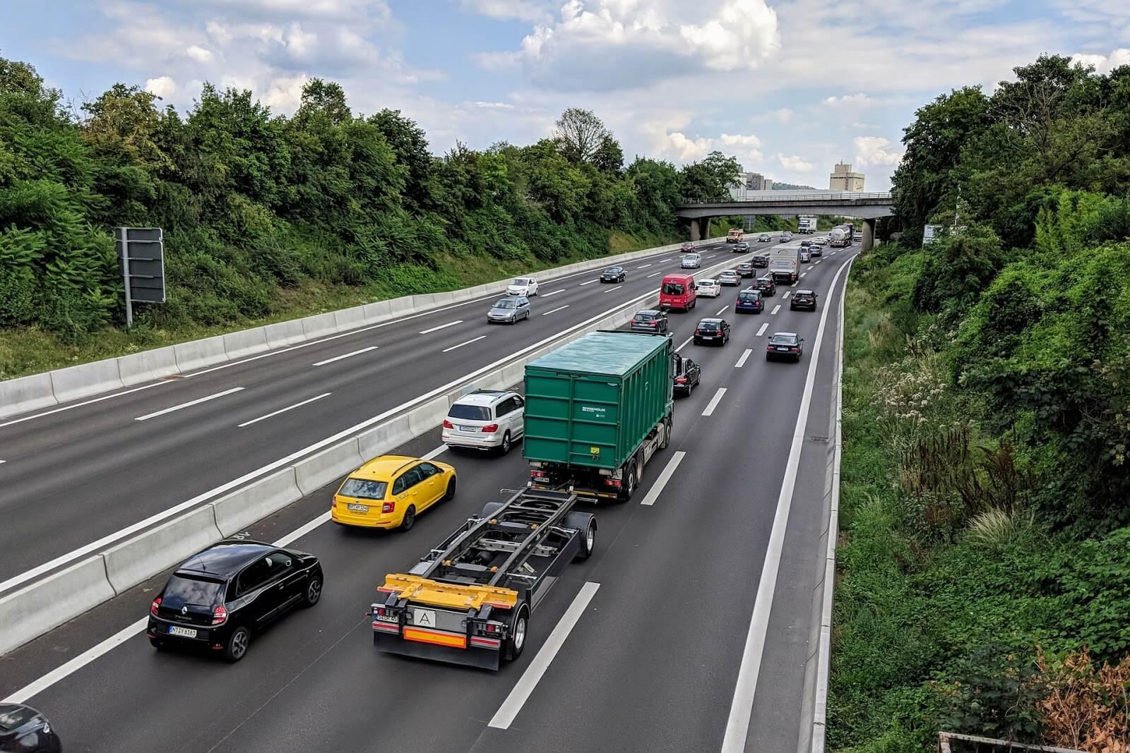Imagem uma rodovia com vários automóveis