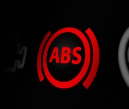 Luz do ABS acesa? Saiba o que é e como resolver!