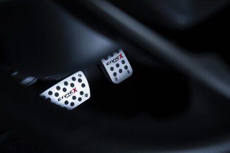 foto do pedal de freio e acelerador de um carro esportivo