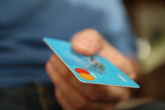 Close em um cartão de crédito segurado por uma pessoa